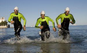 Les pionniers de l'Ultraswimrun quicourent en sortant de l'eau