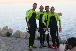 Les quatre pionniers de l'Ultraswimrun posent pour la photo