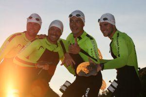 Les quatre pionniers de l'Ultraswimrun au coucher du soleil