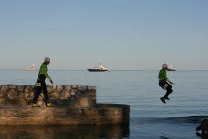 Swimrunner qui saute à l'eau suivi par un autre