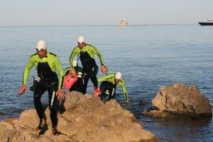 Les quatre pionniers de l'ultraswimrun escaladent des rochers à Beaulieu-sur-Mer
