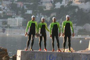 Les quatre pionniers de l'Ultraswimrun sur la digue de la plage de Passable