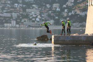 Swimrunner qui saute depuis la digue de la plage de Passable